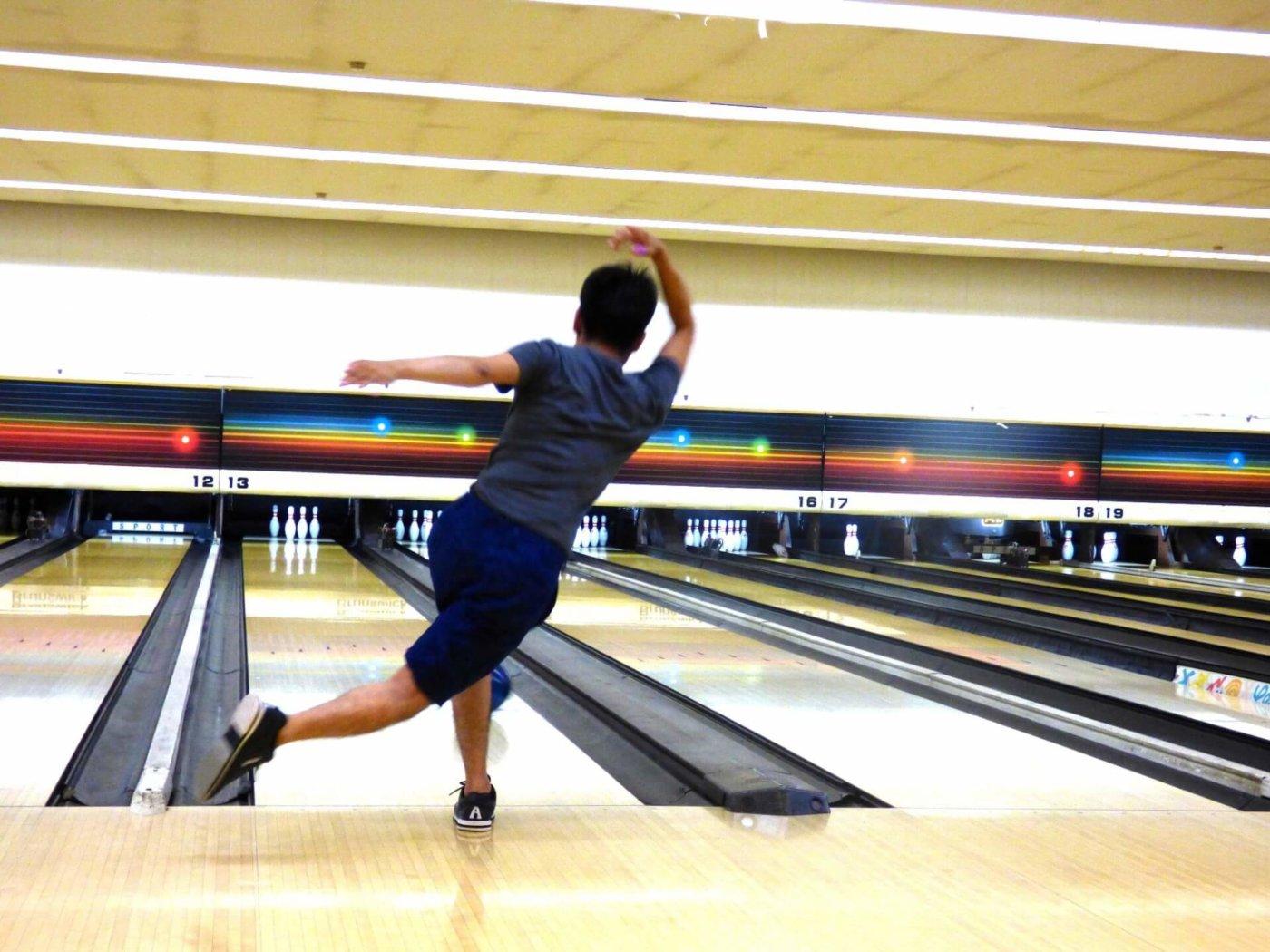 ボウリングでフックボールを投げるなら持ち方はこうだ!