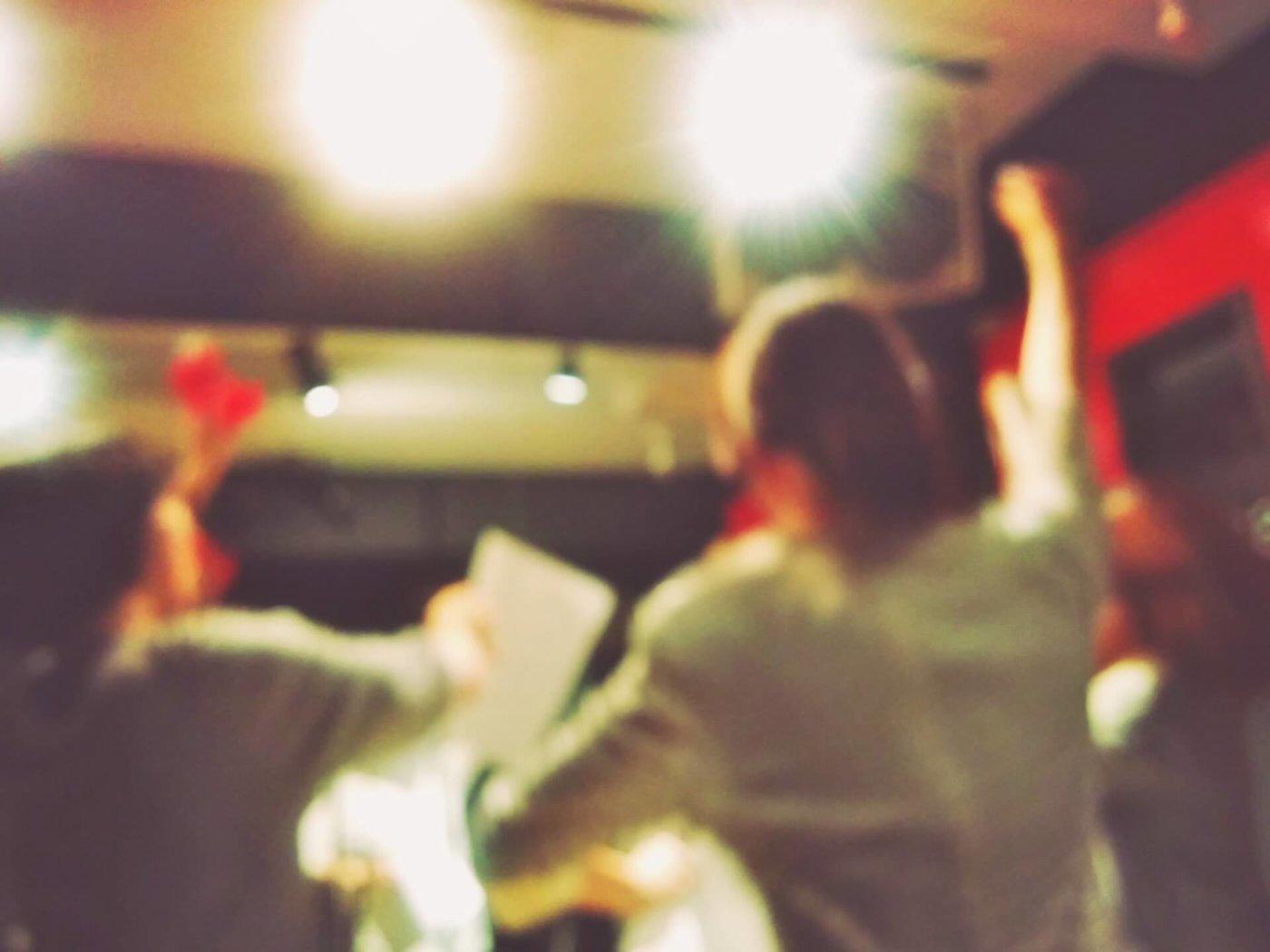 万人ウケするカラオケで歌いやすいアップテンポな曲は?