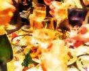 グラスが並ぶ宴会の様子