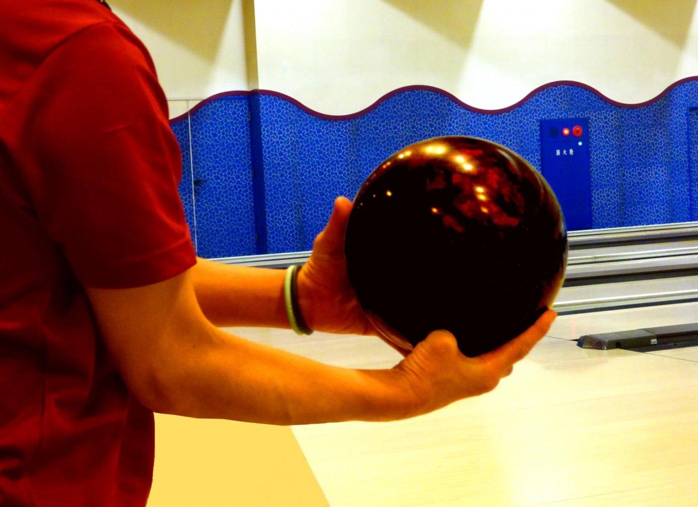 ボウリングはボールの持ち方でカーブが変わる!?