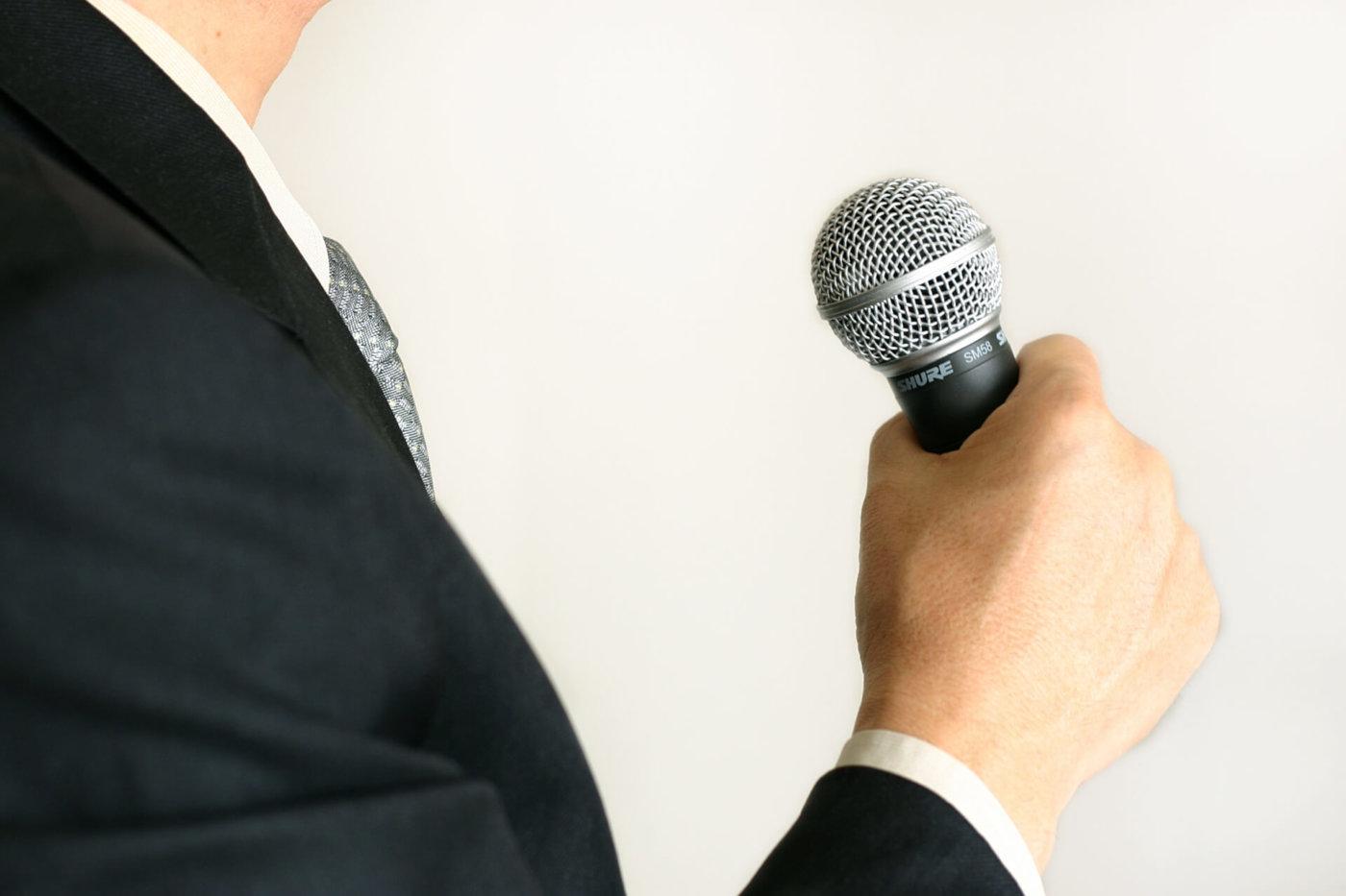カラオケで英語の曲を歌う