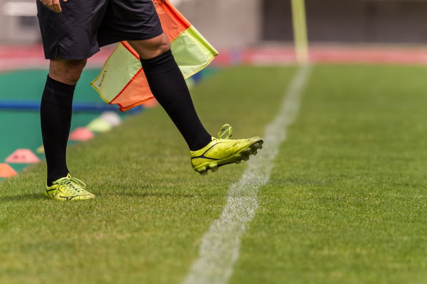 サッカーの審判になってプレーを身近に。
