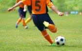 選手とサッカーボール