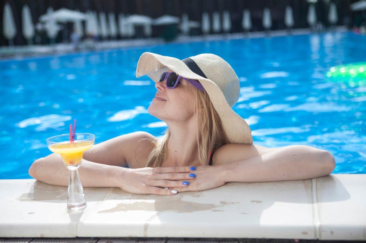 プールではしゃいでも可愛いまま!水に負けないメイクで夏を満喫しよう