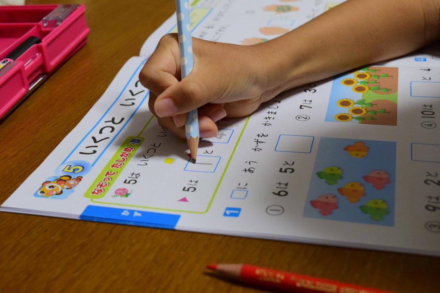 夏休みの宿題を始めない子どもにすべき5つのこと
