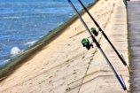 海岸と2本の釣り竿